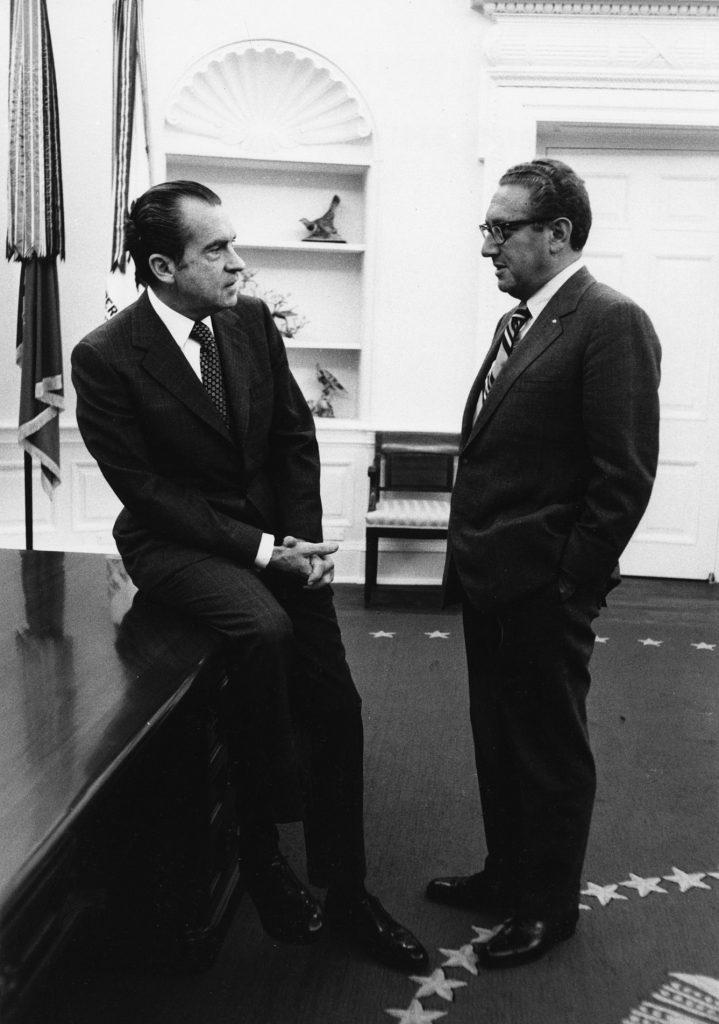 Richard Nixon i Henry Kissinger na zdjęciu z 1972 roku (domena publiczna).