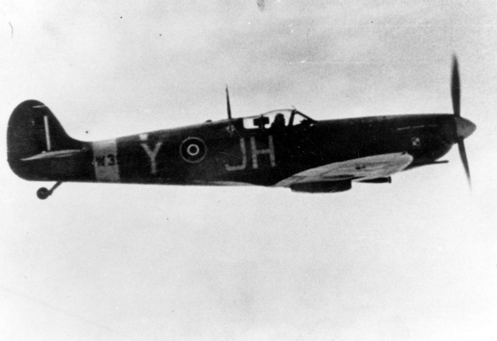 Spitfire z Dywizjonu 317 podczas lotu bojowego. Zdjęcie wykonane w 1942 roku (domena publiczna).