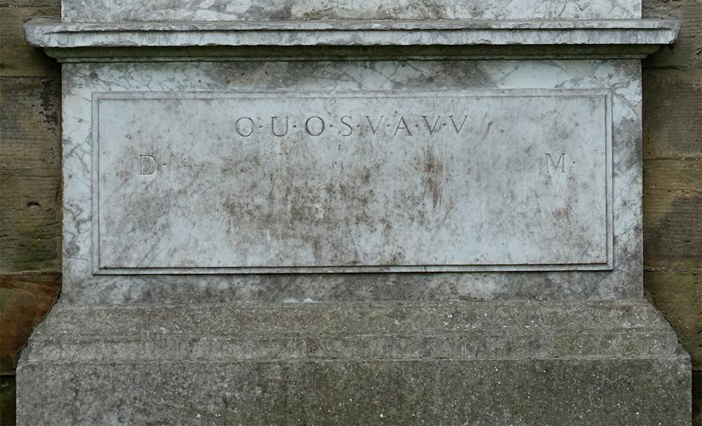 Tajemnicza inskrypcja poniżej płaskorzeźby.