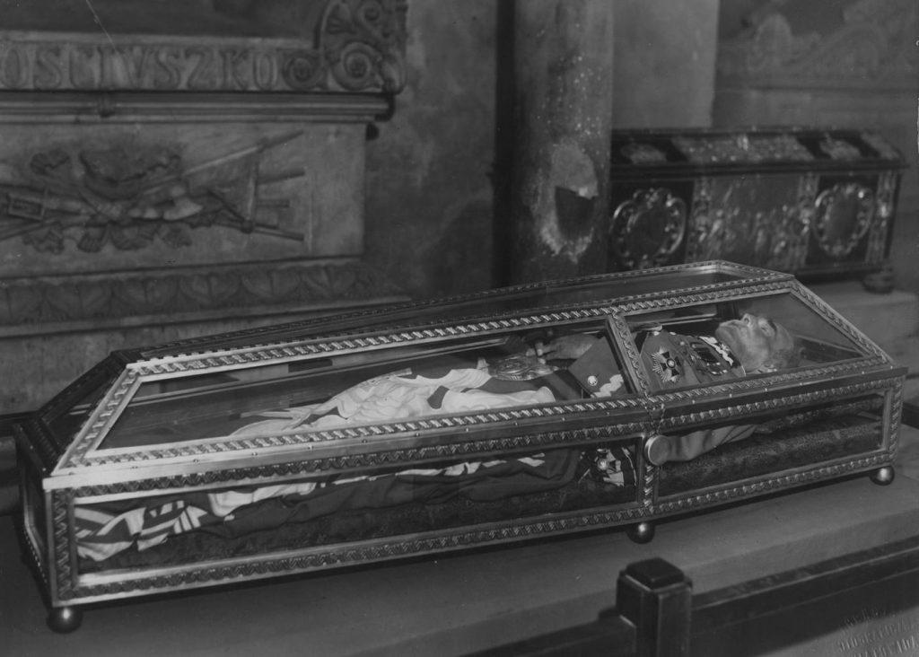 Trumna z ciałem Józefa Piłsudskiego w krypcie św. Leonarda w Katedrze na Wawelu w Krakowie (domena publiczna).