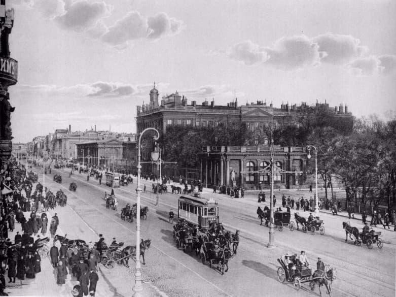 W przededniu wybuchu I wojny światowej Petersbur naprawdę kosmopolitycznym miastem. Na zdjęciu Prospekt Newski (domena publiczna).