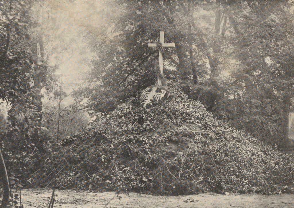 Zbiorowa mogiła ułanów zamordowanych w Niemirowie (domena publiczna).