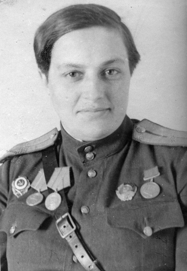 Zdjęcie Pawliczenko wykonane w 1943 lub 1944 roku. Nie widać na nim blizn na twarzy (domena publiczna).