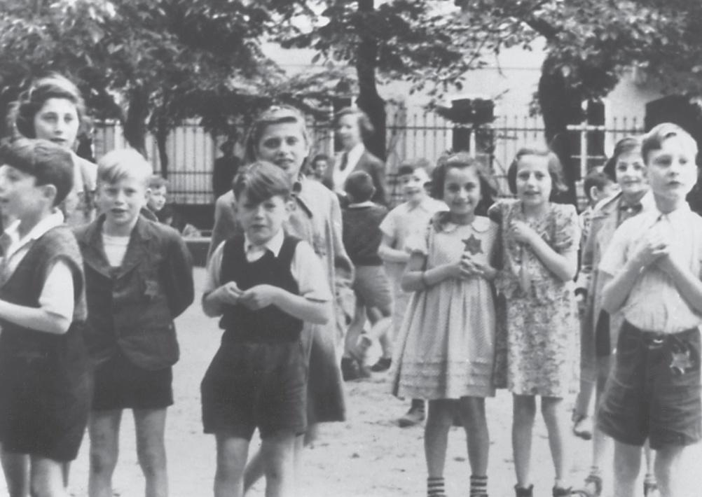 Zdjęcie dzieci z Theresienstadt dodane do raportu Rossela. Fotografia z książki Dziewczyny z pokoju 28 (materiały prasowe).