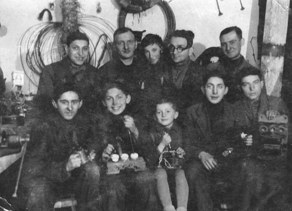 Zdjęcie pracowników warsztatu, w którym zatrudniony był w gettcie Leon Weintraub (siedzi drugi od lewej). Wykonano je w 1944 roku. Fotografia z książki Pojednanie ze złem (materiały prasowe).