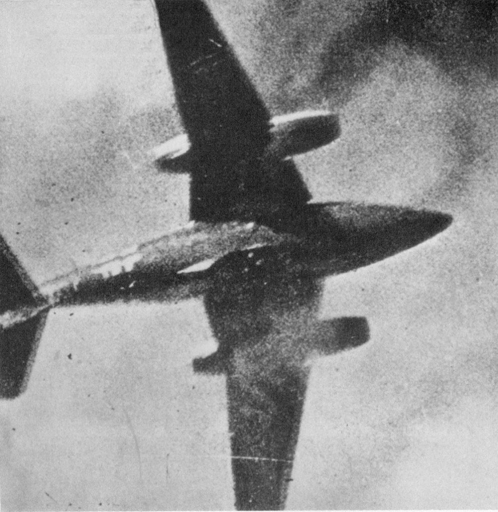 Moment ataku na Me 262 uchwycony przez aparat sprzężony z karabinem maszynowym jednego z amerykańskich Mustangów z 8. Armii Powietrznej. Fotografia poglądowa (domena publiczna).