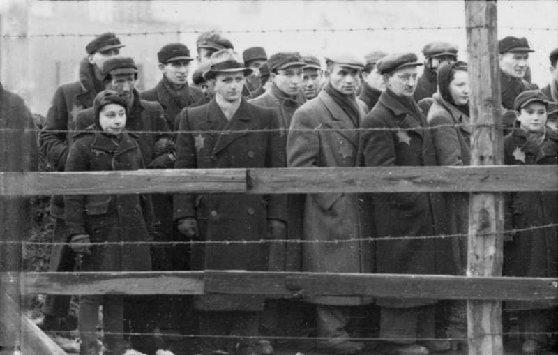 Żydzi za drutami łódzkiego getta. Zdjęcie z 1941 roku (Bundesarchiv/Zermin/CC-BY-SA 3.0).