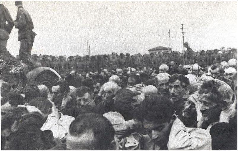 Białostoccy Żydzi podczas likwidacji getta. Zdjęcie wykonane między 16 a 20 sierpnia 1943 roku (domena publiczna).