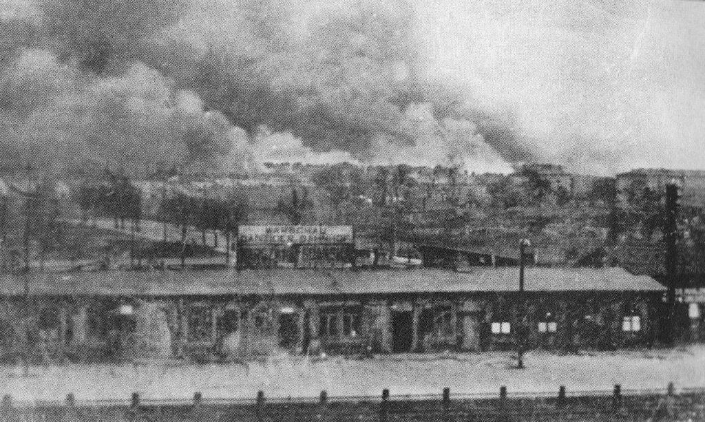 Dworzec Gdański na zdjęciu z wiosny 1943 roku. W tle płonące getto (domena publiczna).