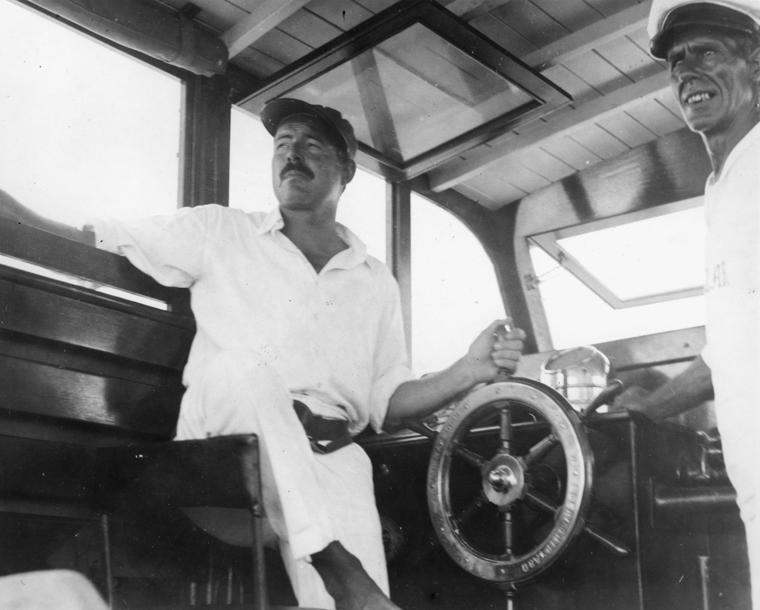 Ernest Hemingway za sterami Pilar. Zdjęcie z 1934 roku (domena publiczna).