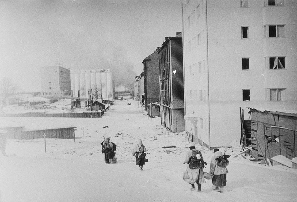 Fińscy żołnierze wycofujący się na linię demarkacyjną po podpisaniu pokoju.