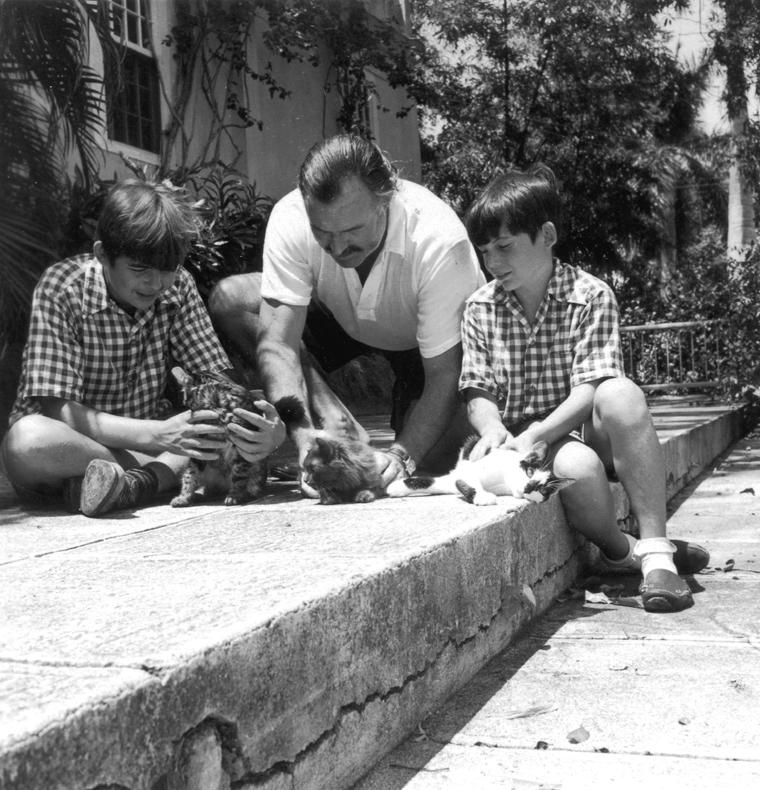 Hemingway z synami na Kubie. Zdjęcie z 1942 roku (domena publiczna)
