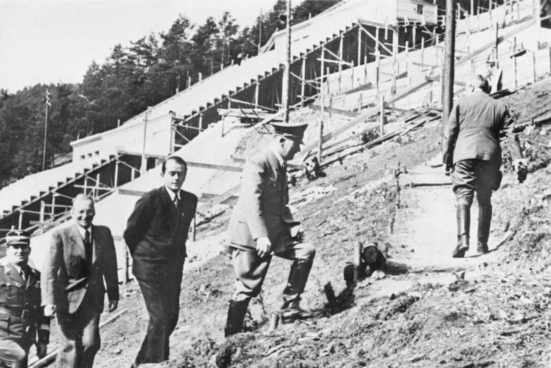 Hitler wizytujący budowę Deutsches Stadion (Bundesarchiv/CC-BY-SA 3.0).
