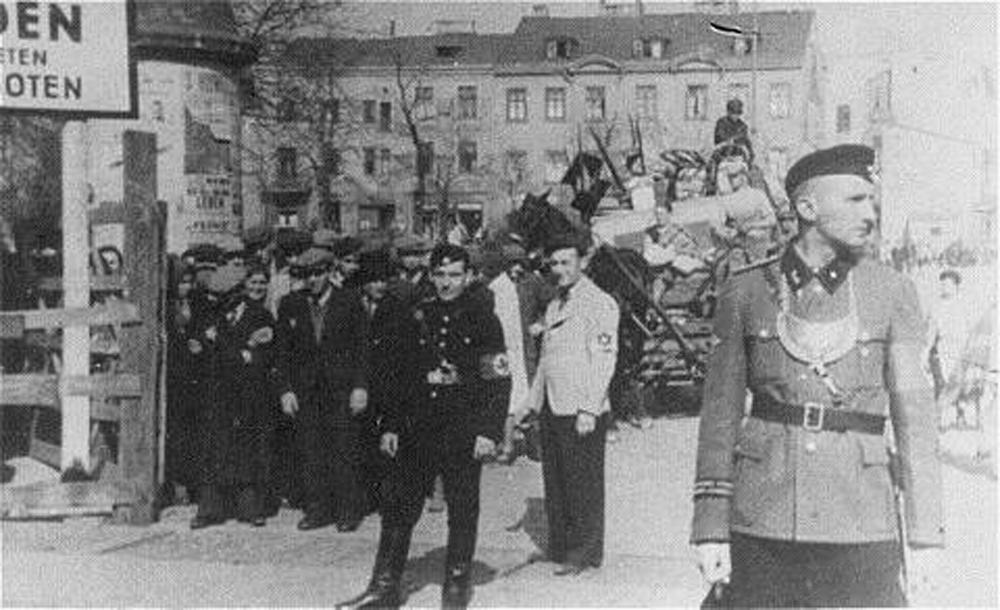 Jedna z bram Litzmannstadt Ghetto (domena publiczna).