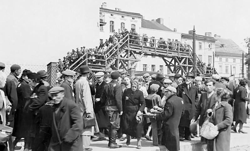 Kładka nad Hohensteiner Straße w Litzmannstadt Ghetto. Zdjęcie z 1940 roku (Bundesarchiv/Wilhelm Holtfreter/CC-BY-SA 3.0).