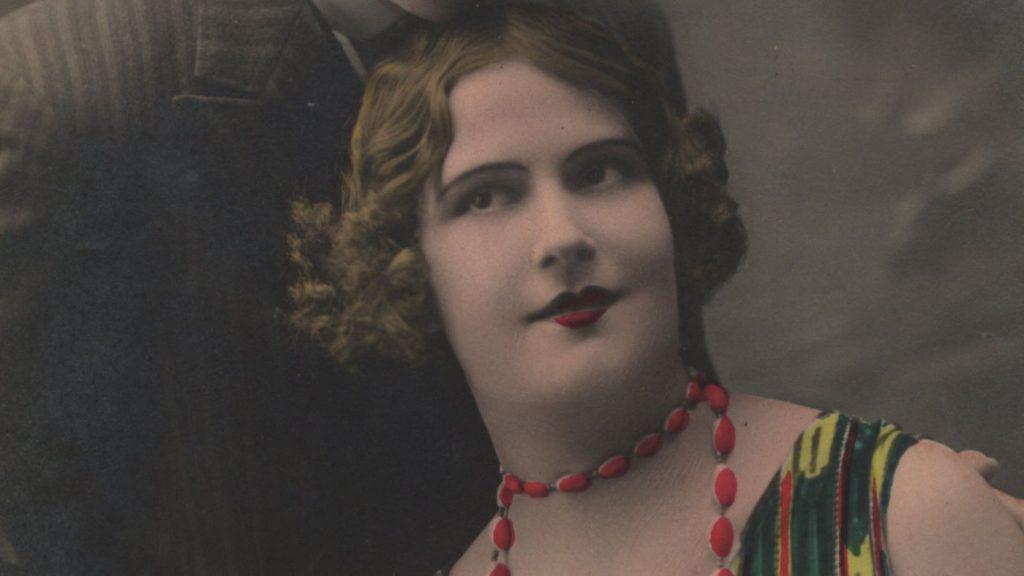 Kobieta na przedwojennej pocztówce