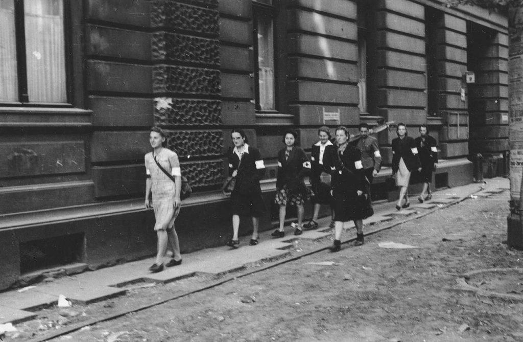 Niemcy nie mieli żadnych oporów, aby strzelać do sanitariuszek (Eugeniusz Lokajski /domena publiczna).