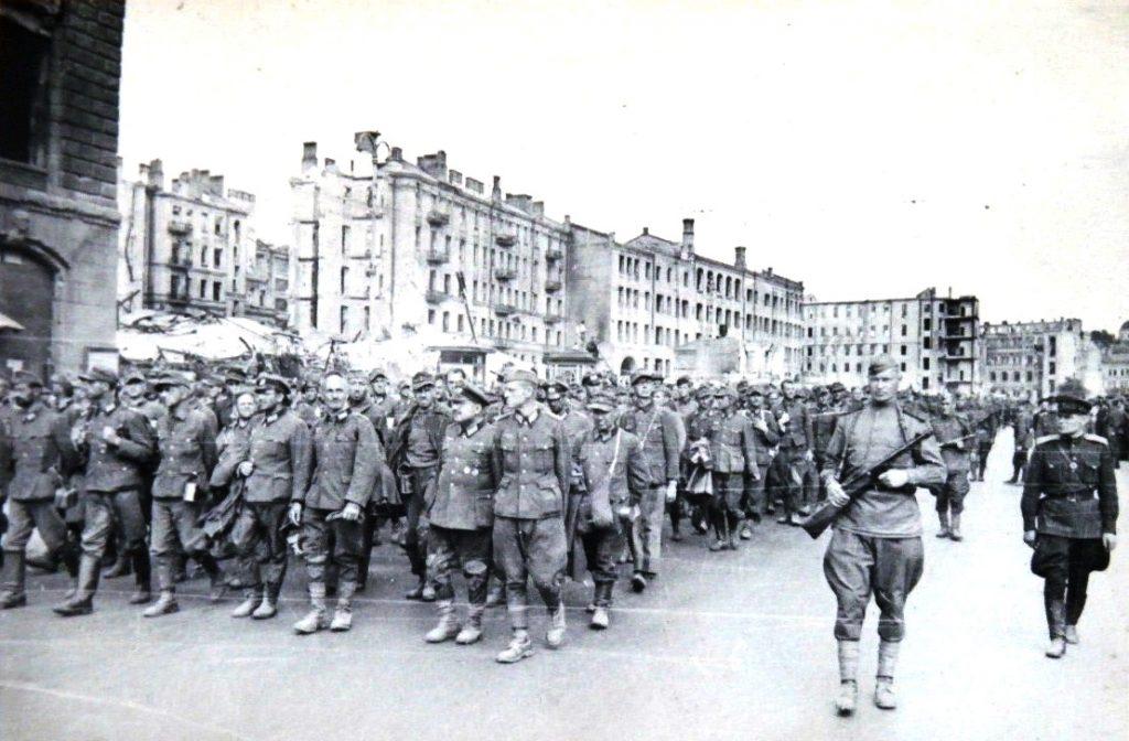 Niemieccy jeńcy prowadzeni przez ulice Kijowa (Liepaja1941/CC BY-SA 3.0).