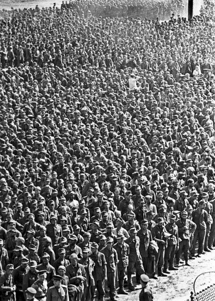 Niemieccy jeńcy w Moskwie. Zdjęcie z lata 1944 roku (domena publiczna).