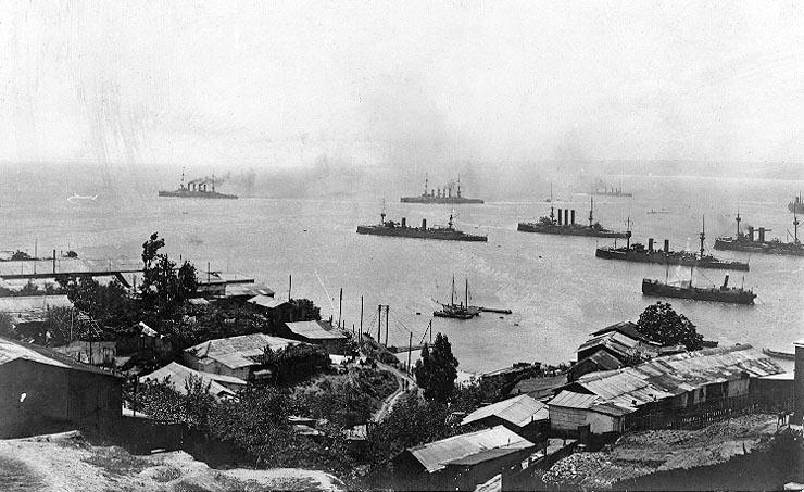 """Niemiecka eskadra opuszcza Valparaiso 3 listopada 1914 roku po bitwie. Na przedzie """"Scharnhorst"""" i """"Gneisenau"""" (domena publiczna)."""