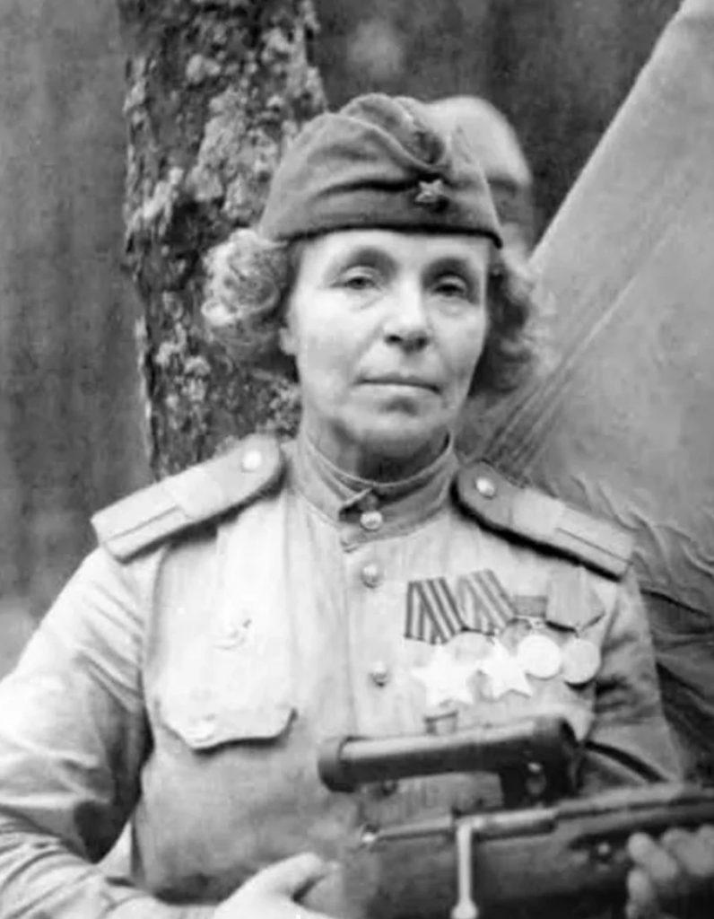 Nina Pietrowa nie tylko siała postrasz w szeregach wroga, ale również wyszkoliła ponad 500 snajperów (domena publiczna).