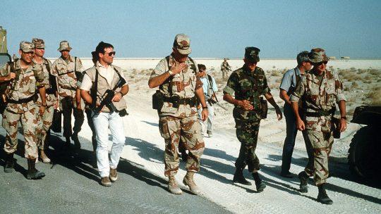 Operatorzy Delta Force ochraniający generała Schwarzkopfa podczas operacji Pustynna Tarcza w 1990 roku (domena publiczna).