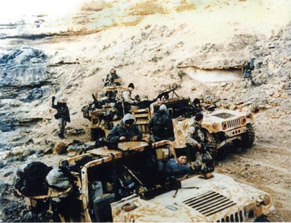 Operatorzy Delta Force podczas misji na tyłach wroga podczas operacji Pustynna Burza w 1991 (domena publiczna).