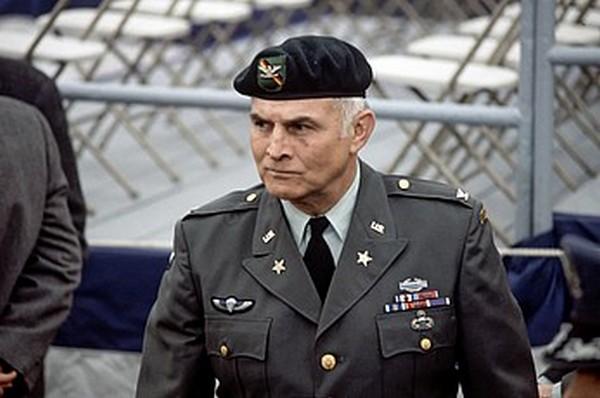 Pułkownik Charles Beckwith na zdjęciu z 1980 roku (domena publiczna).