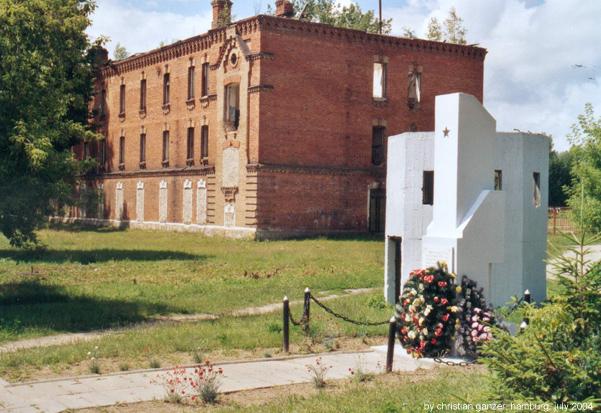 Ruiny budynku obozowej administracji, a na pierwszym planie pomnik poświęcony więźniom Berezy (Christian Ganzer/CC BY-SA 3.0).