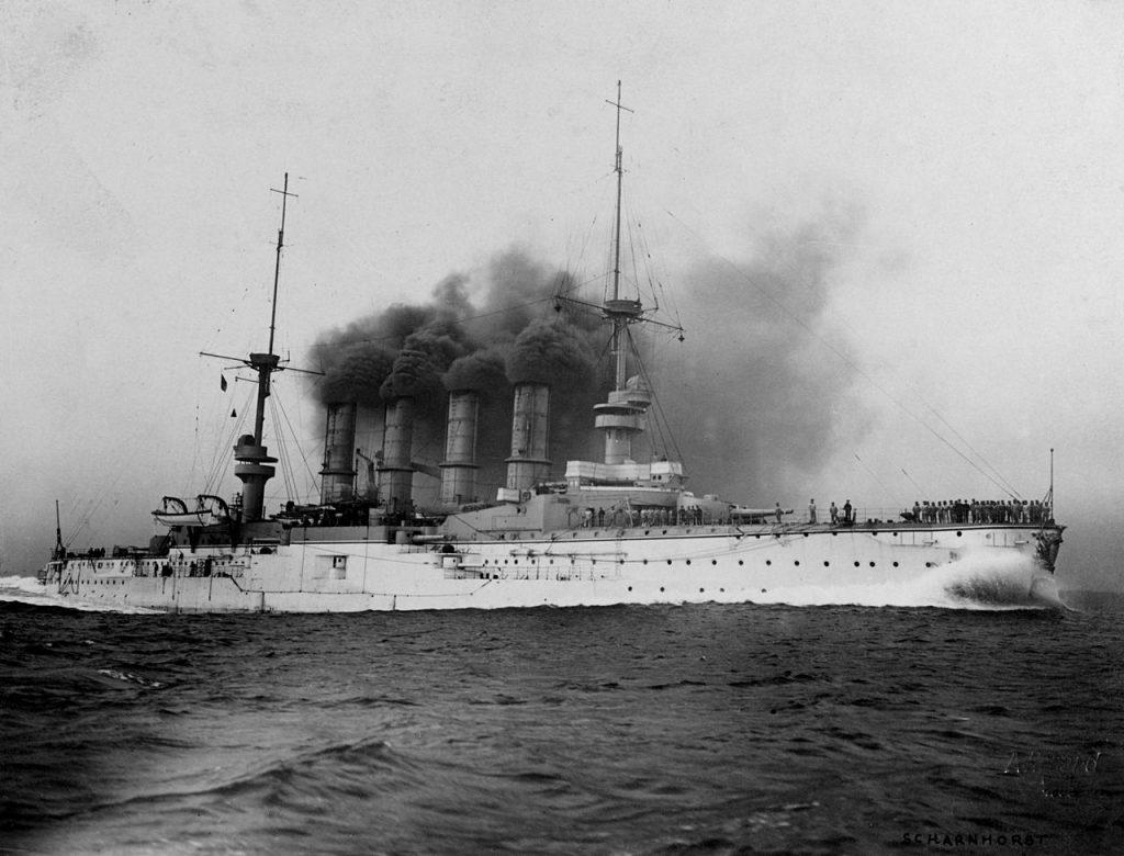 """SMS """"Scharnhorst"""" na zdjęci (u wykonanym około 1907 roku (Cay Jacob Arthur Renard/domena publiczna)."""
