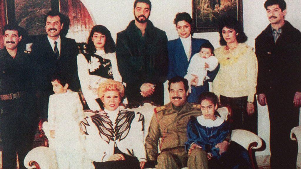 Saddam wraz z rodziną na zdjęciu z 1995 roku. Udajj stoi w środku (domena publiczna).
