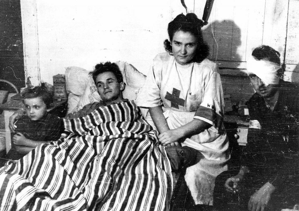 Sanitariusza czuwająca przy rannych powstańcach (Eugeniusz Lokajski /domena publiczna).