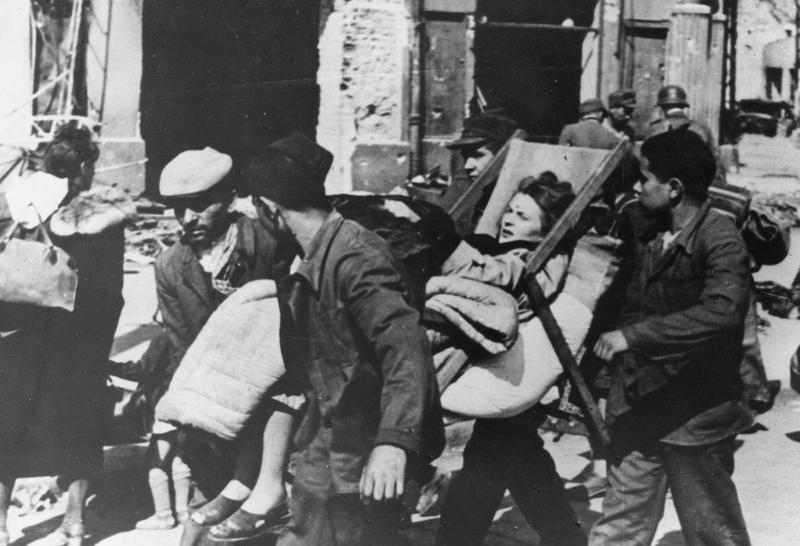 W powstańczej warszawie uwięzionych zostało kilkaset tysięcy bezbronnych cywilów. (domena publiczna).