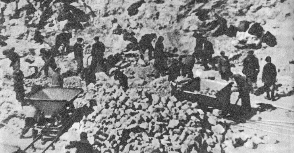 Więźniowie obozu janowskiego przy niewolniczej pracy.