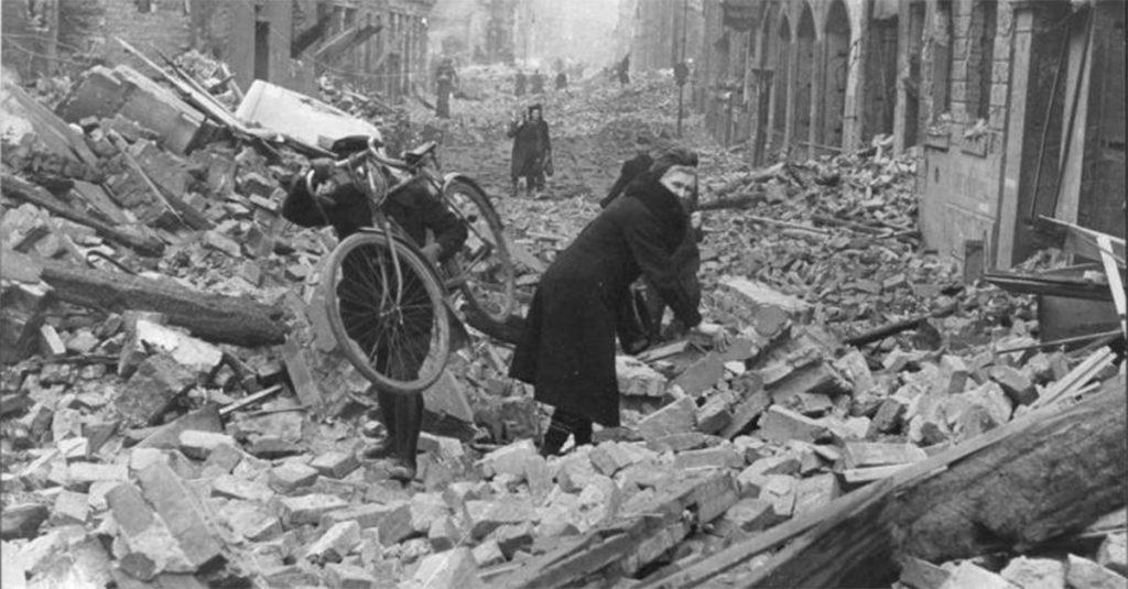 Berlin zamieniony w morze gruzów. Fotografia z wiosny 1945 roku.