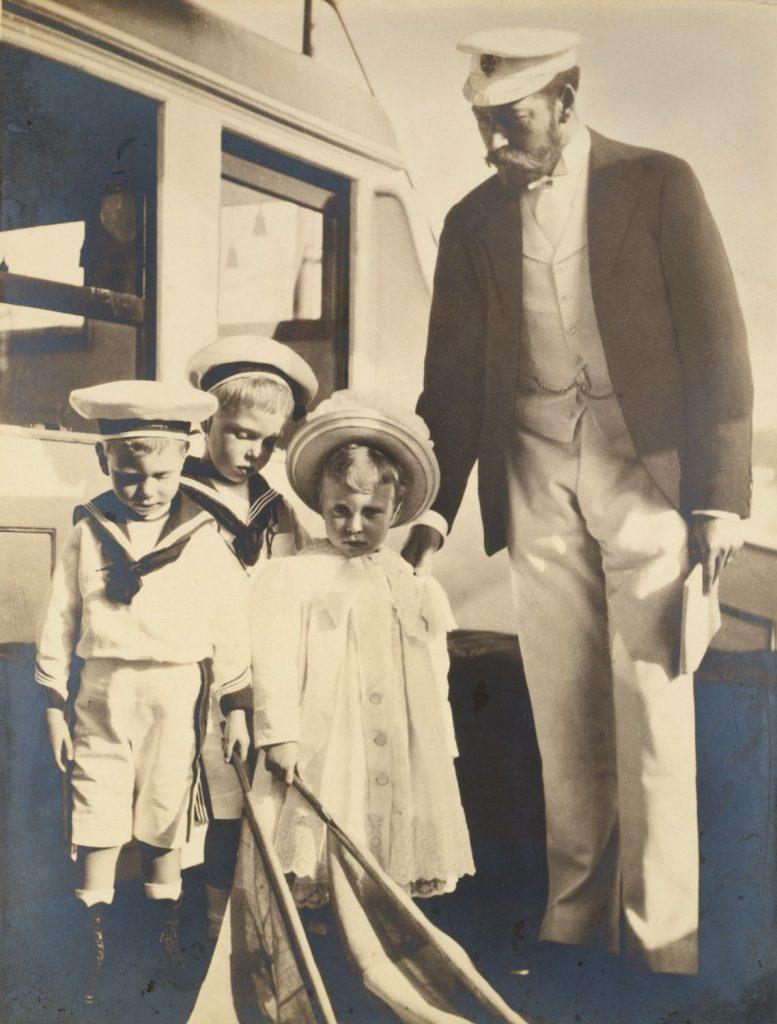 Edward (drugi od lewej) wraz z ojcem oraz młodszym rodzeńswem na zdjęciu wykonanym przez jego babcię Aleksandrę Duńską w 1899 roku (domena publiczna).