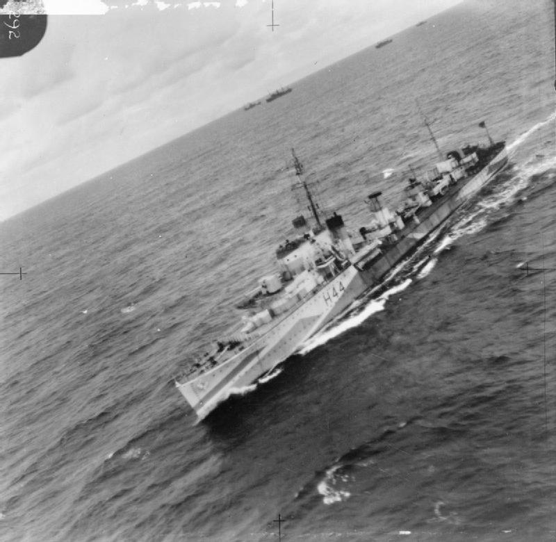 "HMS ""Highlander"" na zdjęciu lotniczym z 1942 roku (domena publiczna)."