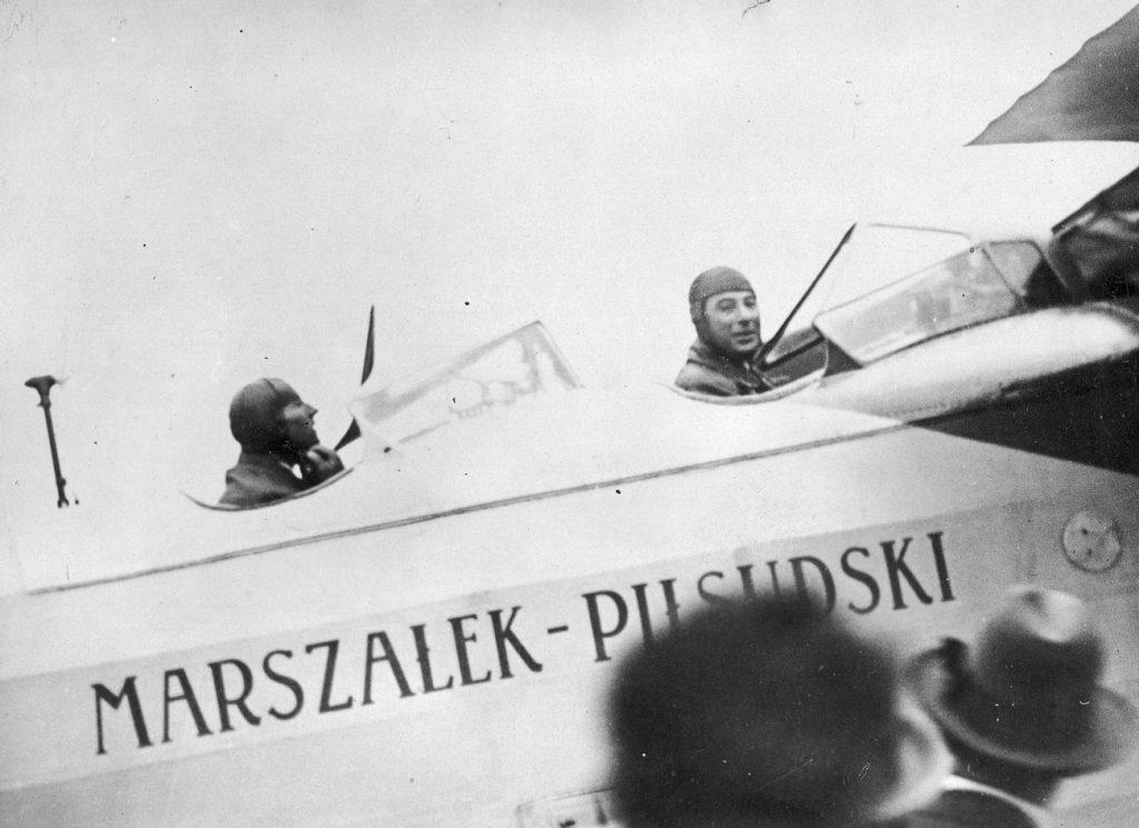 """Idzikowski i Kubala za sterami """"Marszałka Piłsudskiego"""". Zdjęcie z czerwca 1928 roku (domena publiczna)."""