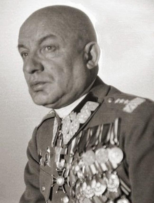 Karol Świerczewski na zdjęciu z 1946 roku (domena publiczna).