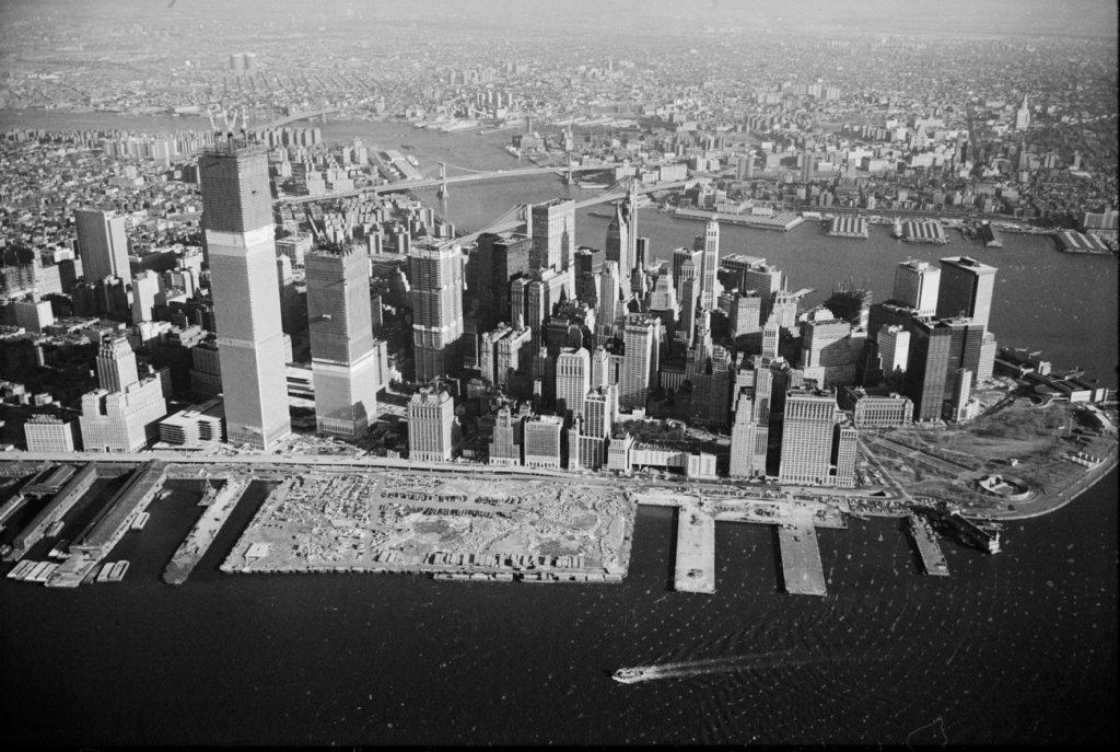 Lotnicze zdjęcie dolnego Manhattanu ze stycznia 1971 roku. Po lewej widać pnące się ku górze wieże World Trade Center (Thomas J. O'Halloran/domena publiczna).