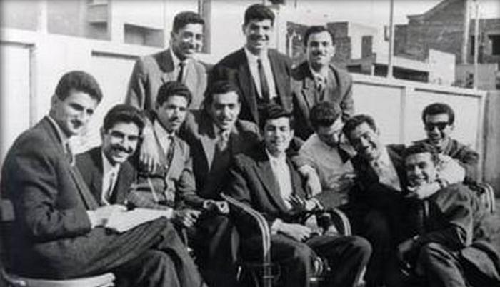 Saddam (trzeci od prawej) na zdjęciu wykonanym w czasie jego kairskich studiów (domena publiczna).