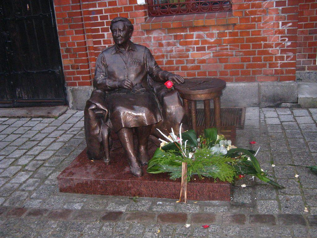 Odsłonięty w 2014 roku toruński pomnik Elżbiety Zawackiej (Margoz/CC BY-SA 4.0).