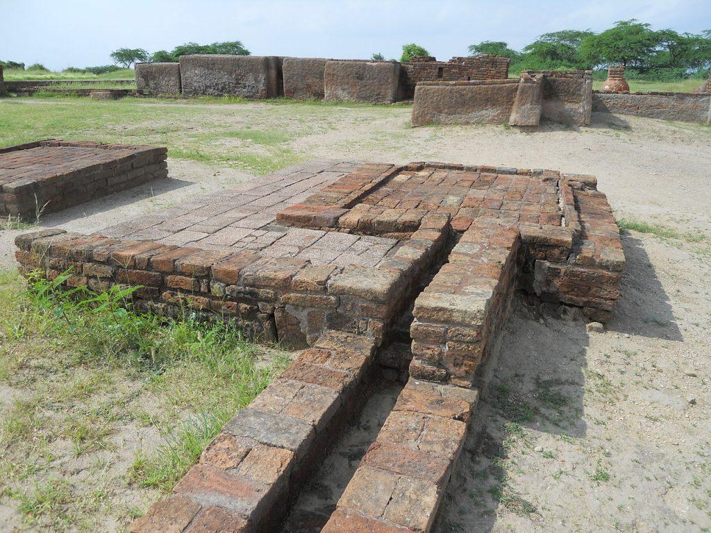 Pozostałości systemu kanalizacyjnego odkryte w mieście Lothal (Abhilashdvbk/CC BY-SA 3.0).