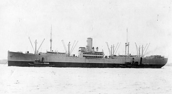 """SS """"Harry Luckenbach"""", który poszedł na dno rankiem 17 marca 1943 roku (domena publiczna)."""