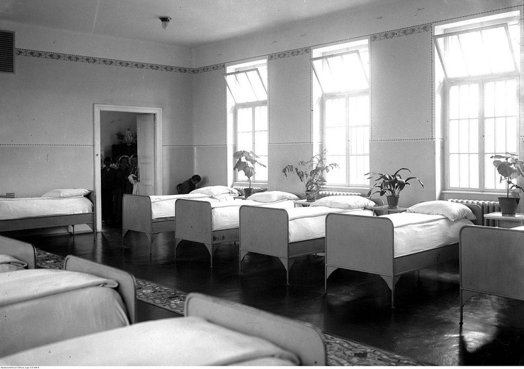 Salan na oddziale kobiecym szpitala w Kobierzynie. Zdjęcie z okresu międzywojennego (domena publiczna).