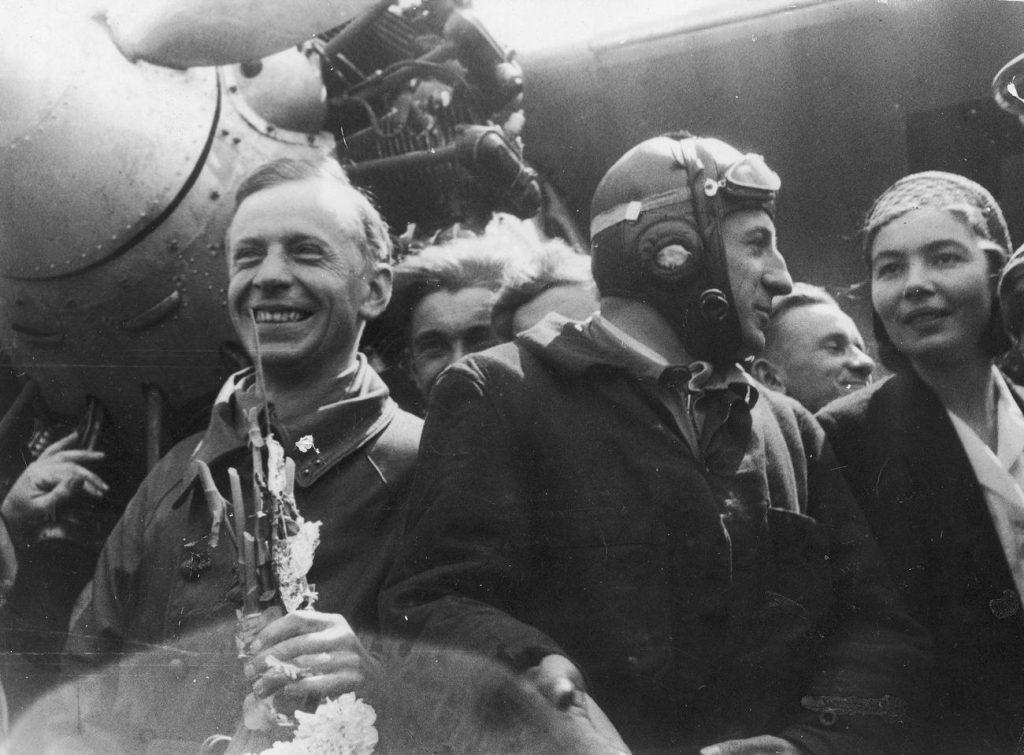 Stanisław Skarżyński (pierwsze po lewej) na zdjęciu z maja 1931 roku (domena publiczna).