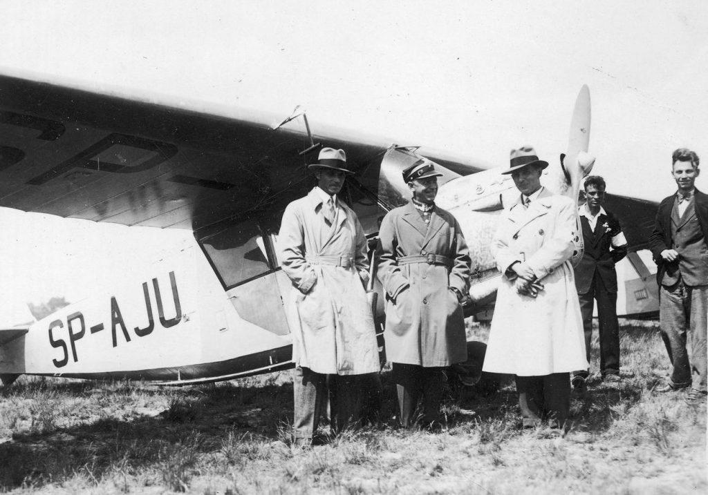 Stanisław Skarżyński (tym razem w mundurze) przed RWD 5bis. Towarzyszą mu inżynierowie Rogalski i Wędrychowski (domena publiczna).