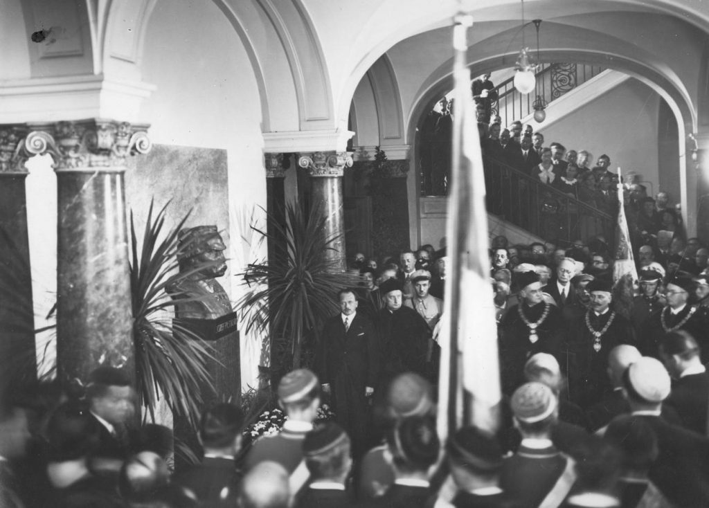 Studenci oraz pracownicy Uniwersytetu Poznańskiego podczas inauguracji 1935/1936 roku akademickiego (domena publiczna).
