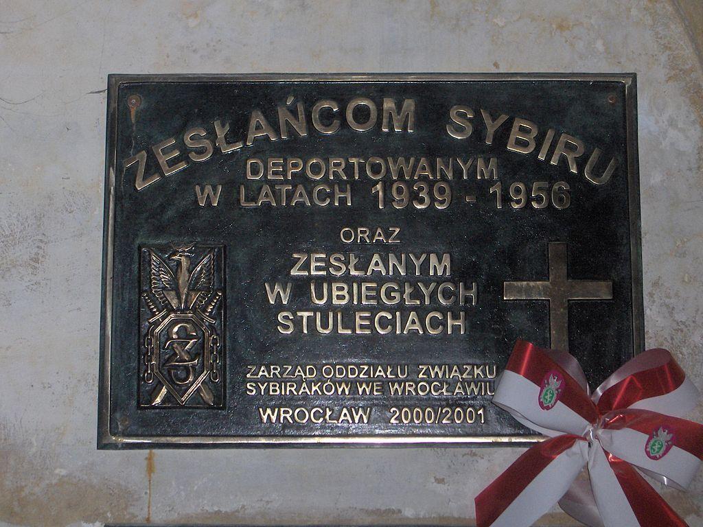 Tablica poświęcona Zesłańcom Sybiru we wrocławskiej bazylice św. Elżbiety (Poznaniak1975/CC BY 3.0).