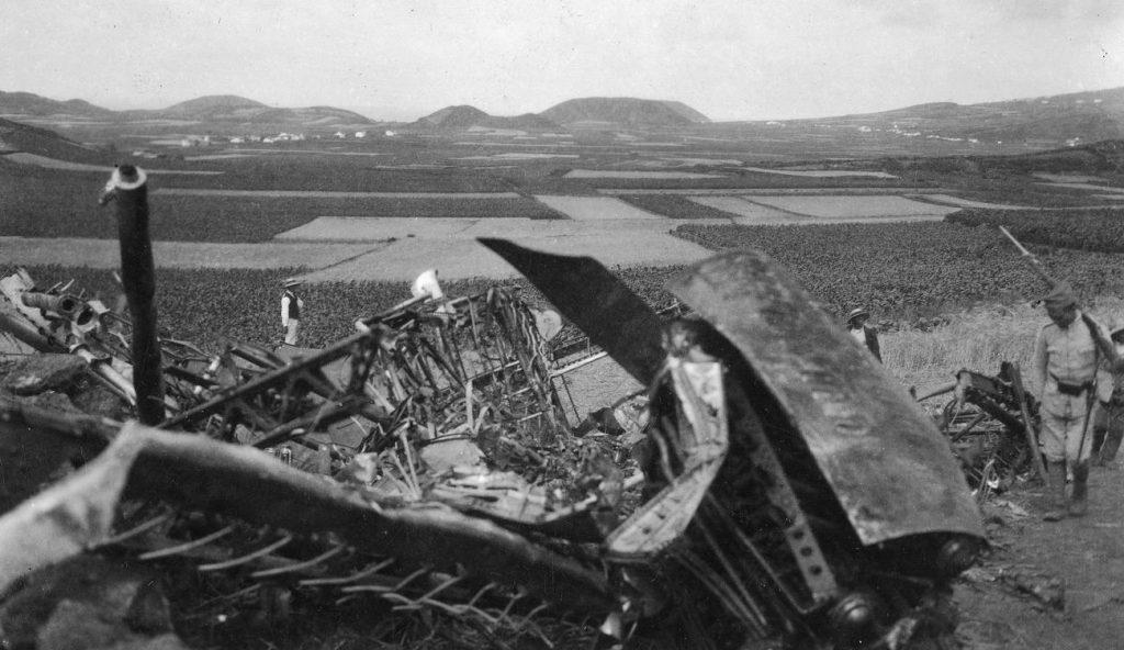 Tyle zostało z samolotu Idzikowskiego i Kubali po katastrofie z lipca 1929 roku (domena publiczna).